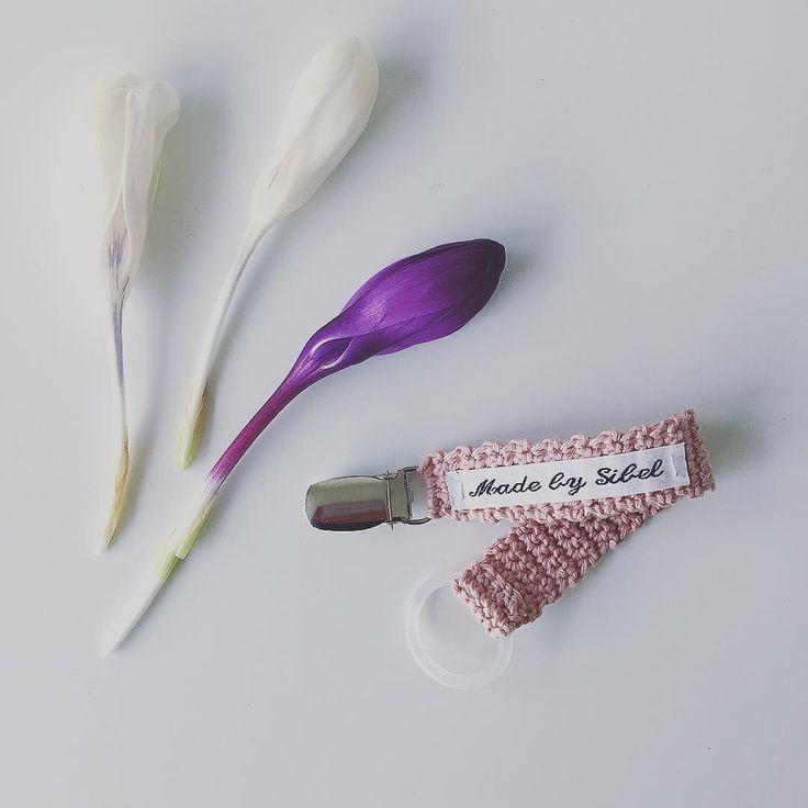 1 stk. 50kr // 3 stk. 120kr  #mamsut #mamsuttesnor #hækletranke #flagranke #hækletflagranke #pige #pigeværelse #barsel #barselsgave #babyshower #luksusbaby #madebysibel #barnedåbsgave #babypige #babygirl #babyboy #babydreng #crochet #børnerum #barselsgaver #instacrochet #børneindretning #hækletsuttesnor #hækletsuttekæde #suttesnor #suttekæde #nøglering #barnevognsophæng #drengeværelse #pigeværelse #mamsuttekæde #mamsuttesnor #mamsut #luksusbaby by madebysibel