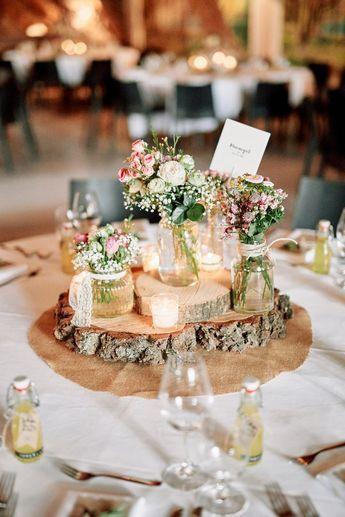 Tischdekoration rustikal mit Baumscheiben und Schleierkraut - Originelle Landhaushochzeit mit VW Bulli | Hochzeitsblog The Little Wedding Corner