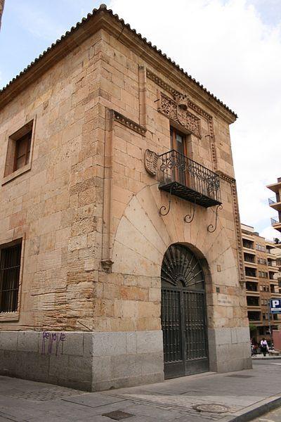 Casa de Doña María la Brava en la plaza de los Bandos. María Rodríguez de Monroy vivió aquí y en Plasencia. En Salamanca se hizo famosa por la vengaza sobre los hermanos Manzano que tuvo lugar en Viseu (Portugal) aunque aquí se le dio exhibición. Ellos habían matado a sus hijos Luis y Pedro durante la llamada Guerra de los Bandos. Corría el año 1465.