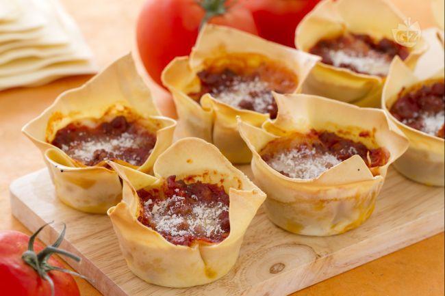 Le lasagne cupcake sono delle originali e simpatiche lasagne con pasta fresca e ragù, preparate in monoporzioni che ricordano i cupcake.