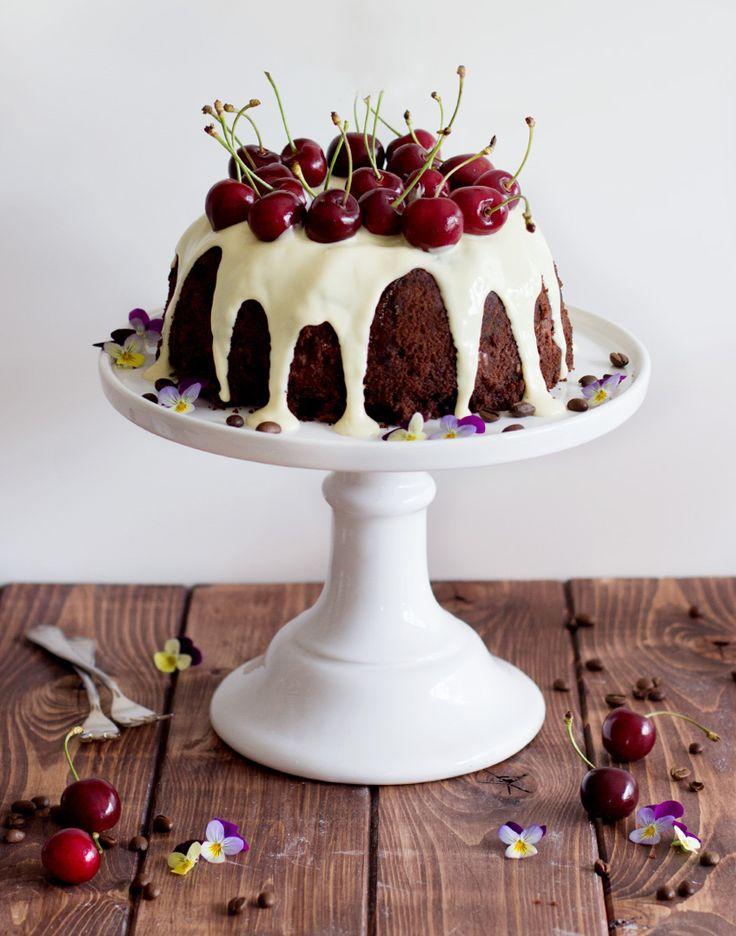 Kaffee-Schokoladen-Kuchen mit Kirschen mit Café Royal
