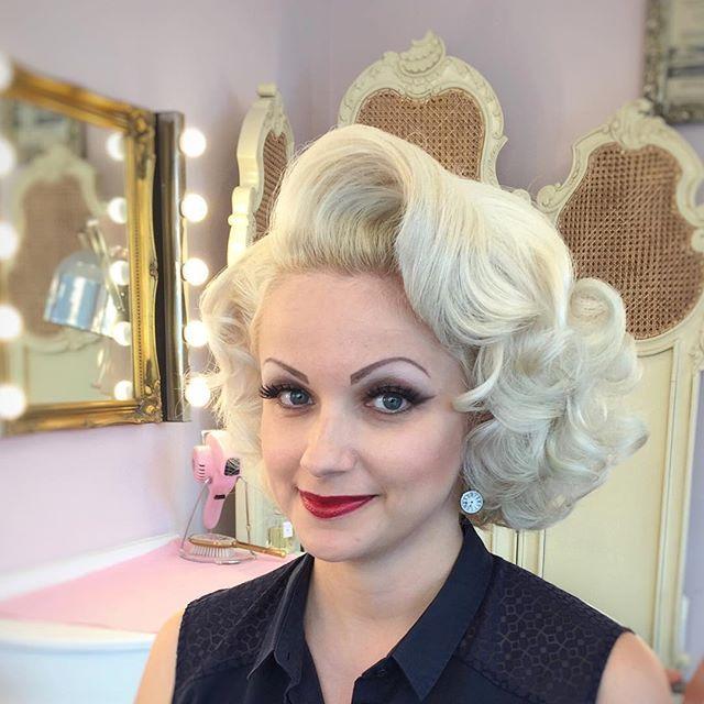 Coiffure Mi Courte Blond Platine Pour Un Style Marilyn Monroe Vintage Hairstyles Hair Styles Big Blonde Hair