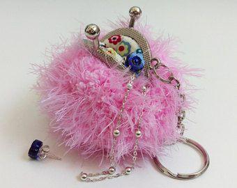 Zachte pluizige, pom pom munt portemonnee in roze, sleutelhanger, handtas charme, harige womens sleutelhanger, sleutelhanger, kus lock gesp frame, giften voor haar