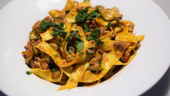 Pappardelle con zucchine e tritato al limone (pappardelle met courgette, gehakt en citroen) - recept | 24Kitchen