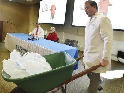 Médicos extraen un tumor de 140 libras a una mujer de 71 años
