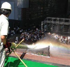 京都駅で実施された日本最速の流しそうめん、勢いありすぎて「飛ばしそうめん」に | A!@Atsuhiko Hori Takahashi  (via http://attrip.jp/107110/ )