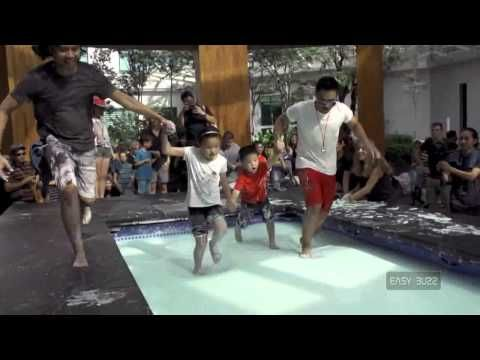 (8) Marcher sur l'eau avec un bassin de liquide fluide non newtonien - YouTube