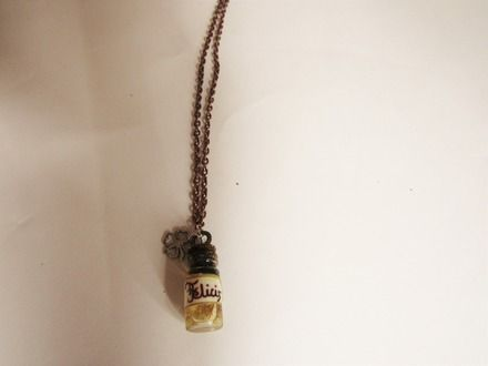 Collier sur l'univers d'Harry Potter - Potion Felix Felicis. Disponible en un exemplaire. Chaîne, fiole rempli de paillettes et d'aquarelle, mais aussi des perles. Couleurs jaune, - 18766446  #collier #bijoux #chaine #perle #argenté #noir #orange #fil #nylon #fermoir #occasion #anniversaire #fête #fete #mode #littlemarket #fantaisie #fleur #rose #bleu #violet #vert #dorée #harrypotter  #cuivré #fiole #multicolore #jaune #blanc #marron #potion #veritaserum #poudlard #gryffondor #serdaigle…