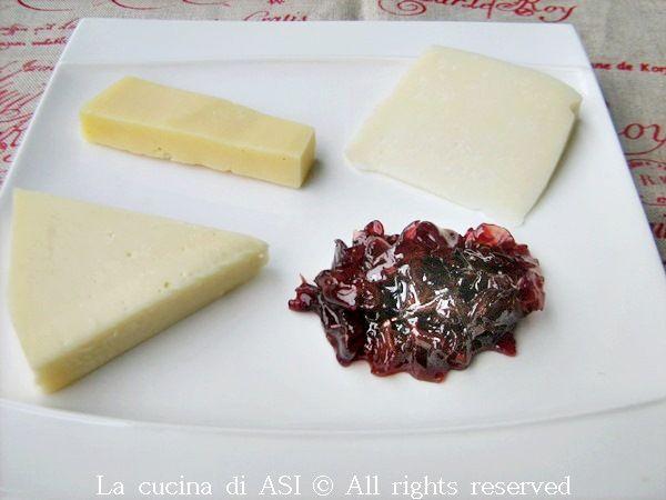 Mi piacciono moltissimo i formaggi e le confetture o gelatine che li accompagnano ed oggi ho preparato una deliziosa composta di cipolle rosse...La cucina di ASI