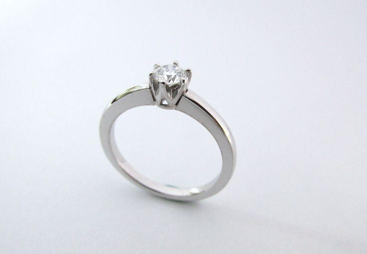 Suntuoso solitario de compromiso en oro blanco de 18k con un espectacular diamante, fabricado a mano !Para sorprender a tu novia!  R932 #duranjoyerosbogota #joyasbogota #hermosasjoyas #renovamostujoyero #hechoamano #fabricaciondejoyas #oro #anillosdecompromiso #colombia #gold #handmade #jewelry #novias #matrimonio #esposos #boda #novio #wedding #husbands #felicidad #piedraspreciosas #diamante