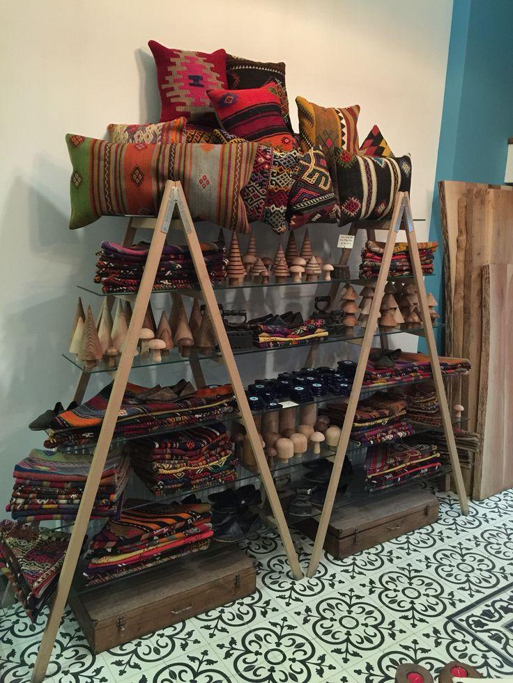 Rengarenk kilimler, süsler, hediyelikler @cicekisleri  #karaköy de #dekorasyondan #kırtasiye ye, #botanik ten #oyuncak objelere kadar her şey var. Hatta yok yok!  #cicekisleri #halı #kilim #hediye #gift #carpet #tradition #artisan #homedecor #homestyle #stylish #instastyle #dekorasyon