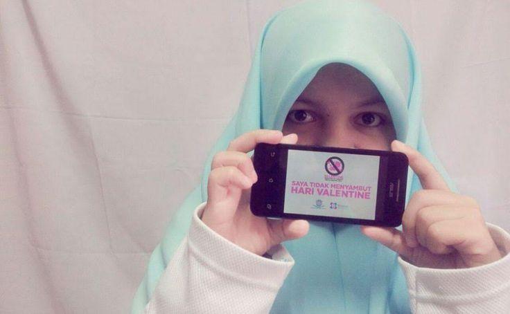 Kelompok remaja Malaysia kampanyekan anti-Valentine Day  KUALA LUMPUR (Arrahmah.com) - Dalam upaya mencegah budaya seks pra-nikah kelompok pemuda Muslim di Malaysia menyerukan para Muslimah untuk menghindari penggunaan emoticon dan parfum sebagai pesan anti-Hari Valentine Asian Corespondent melaporkan pada Senin (13/2/2017).  Dua hal ini adalah bagian dari tujuh hal yang disarankan untuk dihindari perempuan Muslimah saat bertemu laki-laki non-mahram bahkan ketika tidak merayakan hari kasih…
