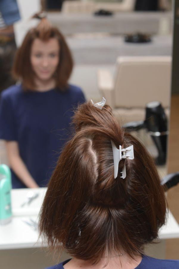 3.Боковые зоны делим на два прямоугольника — один до уха (разделяем пальцем вверх прямо от уха, ведя его по коже), другой после. Закалываем пряди, которые пока не нужны, чтобы они не мешались.