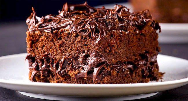 """O bolo """"Nega Maluca"""" é conhecido pela facilidade e pela cor, que é bem escura. Já classificamos como o bolo mais fácil do mundo por algumas vezes. Essa rec"""