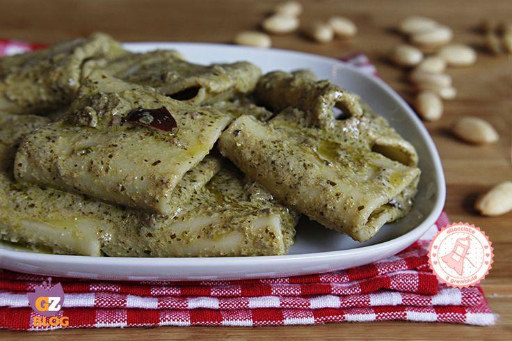 La pasta al pesto mandorle e olive è un condimento facile, veloce e gustosissimo, senza cottura che potete preparare sia con la pasta calda che pasta fredda