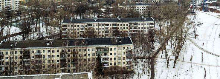 Le président russe et le maire de Moscou prévoient de liquider les emblématiques immeubles soviétiques des années 1960. Parmi le 1,6million de Moscovites concernés, beaucoup s'inquiètent d'être laissés sur le carreau. Reportage