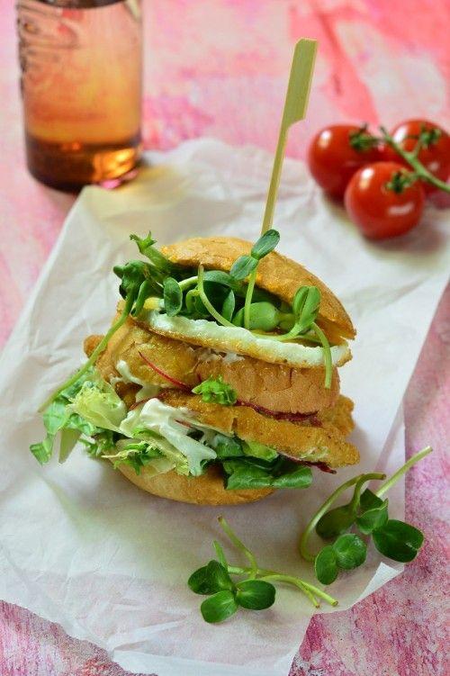 Tükörtojásos, rántott húsos szendvics
