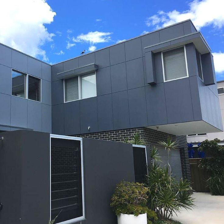A little bit of Matrix gives this home a sophisticated modern look. By @samuel_thomas_construction  #australianarchitecture #architecture #exterior #exteriordesign #scyonwalls
