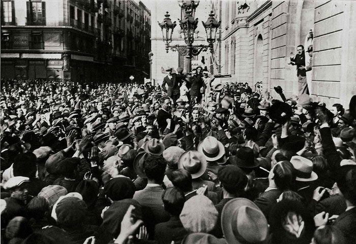 Companys aclamat per la multitud    El matí del 14 d'abril de 1931, Lluís Companys va proclamar la República des del balcó de l'Ajuntament de Barcelona, unes quantes hores abans de la proclamació oficial des de Madrid.    © Arxiu Fotogràfic de Barcelona