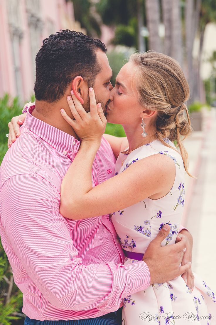 Engagement photoshoot, love, kiss, married, couple, portrait, photography, flowers, bouquet, mariée, bouquet, fleurs, white, inspiration, mariage, wedding, photographer, montreal, florida, miami