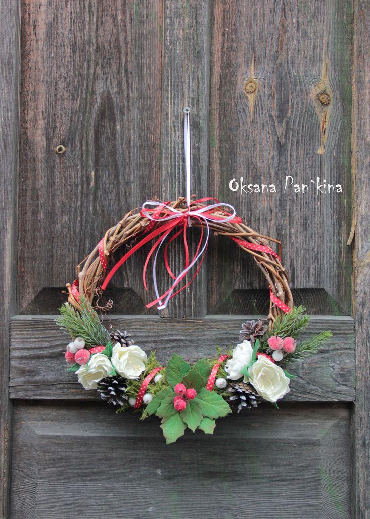 Новогодний венок из виноградной лозы. Цветы из фоамирана,природный материал - шишки,мох и жёлуди,сахарные ягодки и вишни,веточки ели.
