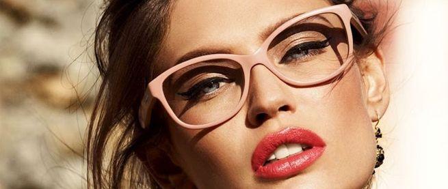 Adunk egy pár sminktippet szemüvegeseknek.  http://www.szalonmania.hu/blog/sminktippek_szemuvegeseknek.html