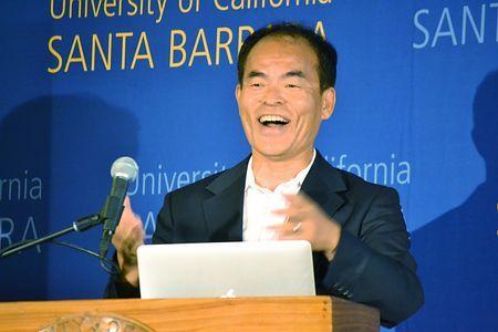 ノーベル物理学賞の受賞が決まり、笑顔で記者会見する中村修二米カリフォルニア大サンタバーバラ校教授=7日、同校 ▼8Oct2014時事通信|ノーベル賞、勝因は「怒り」=日本企業に苦言も-中村さん http://www.jiji.com/jc/zc?k=201410/2014100800124 #Shuji_Nakamura