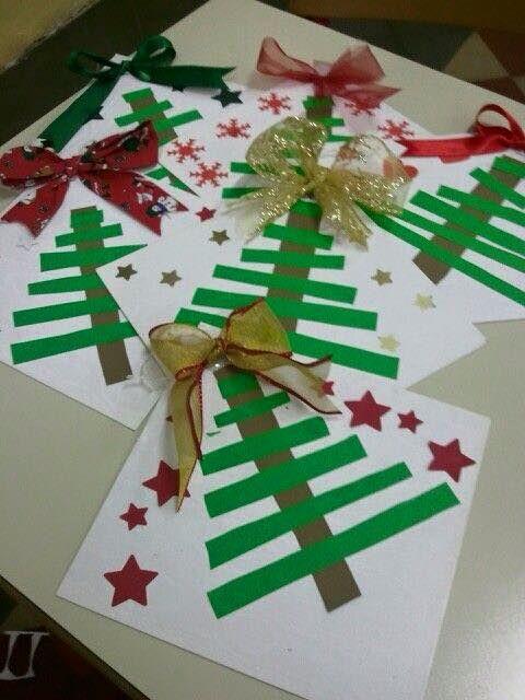 Kerstboom geplakt van groene strepen papier en rode sterren. Een strik van echt lint maakt het af. Leuke kerstknutsel voor kinderen of als kerstkaart.