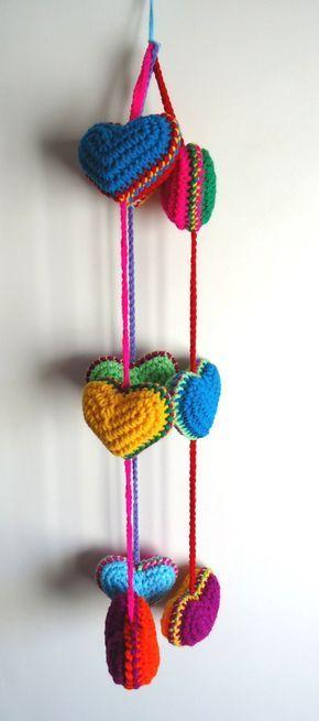 Móvil de corazones tejido al crochet a mano con lanas acrílicas relleno de vellón. Vienen en distintos colores. Medidas largo del móvil 58cm aprox....