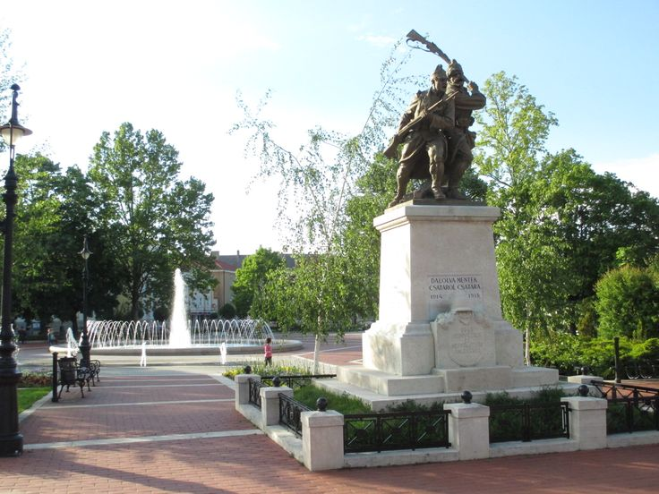Erzsébet tér és a világháborús emlékmű