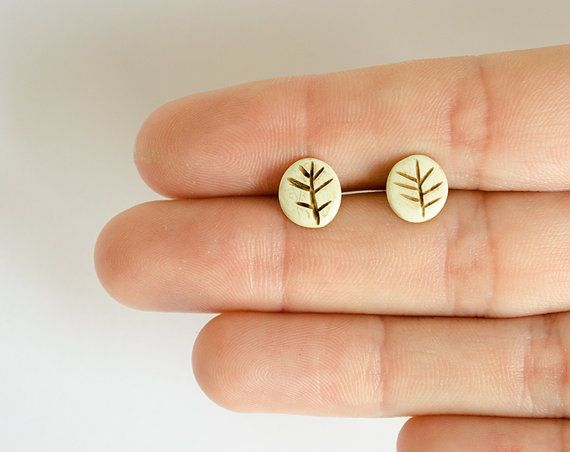 Tiny earrings / leaf studs / little leaves / cute by LaDetallista. #cuteearrings #tinyearrings #madeinspain #leafearrings