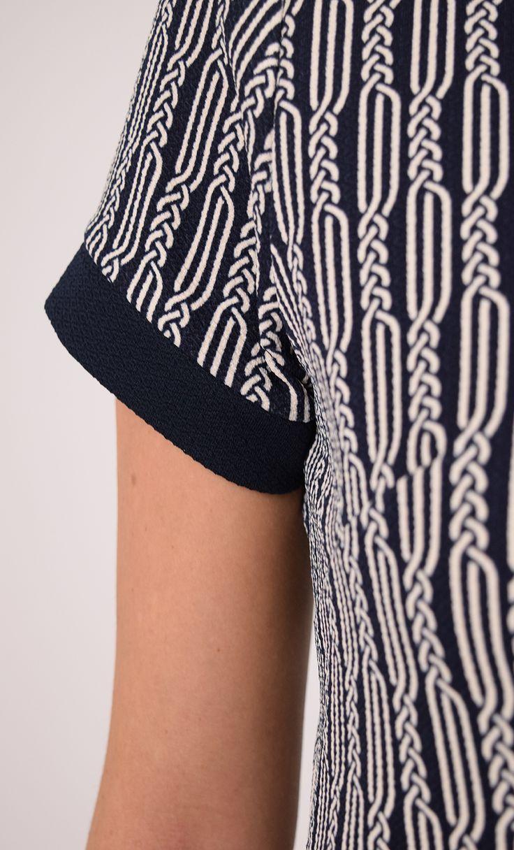 Day dress spiral - Een nieuw model met een casual fit. De A-lijn jurk is bij de mouwen, ronde hals en onderkant afgewerkt met een brede rand in een effen kleur. De gestructureerde jersey stof voelt stevig aan houdt het model goed in vorm.