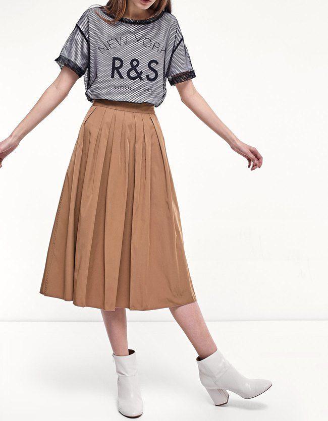 Las faldas más femeninas de primavera verano 2017 en Stradivarius. Faldas de tul, plisadas, evasé, skater, con flecos o vaqueras. Perfecta en cada momento.