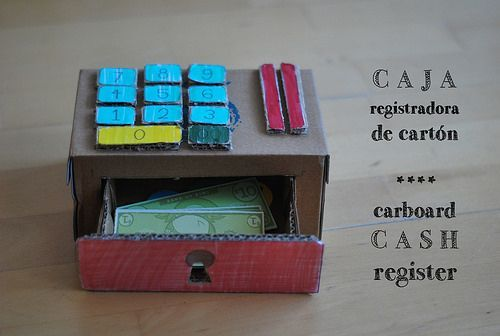 caja registradora de cartón con imprimible de kiwi crate cardboard cash register #juguetesDIY, via tierraremota by glaramknits