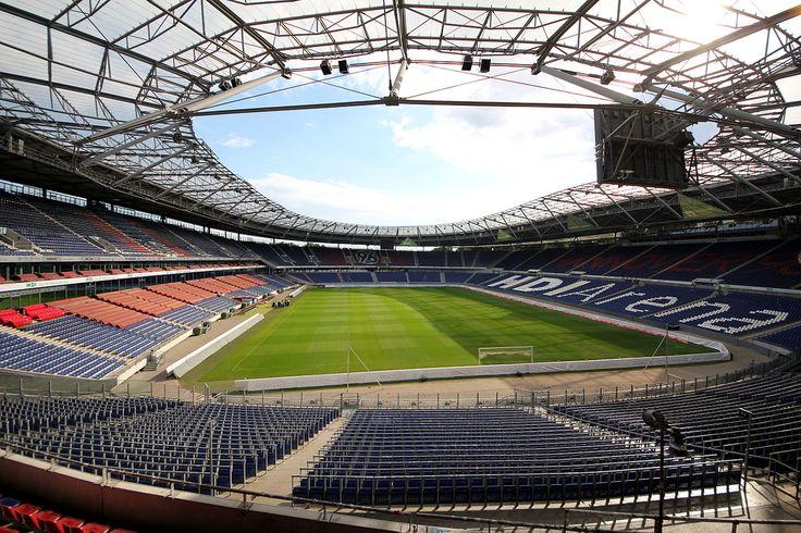 "* Die ""HDI-Arena"" im August 2013. Hannover, Alemanha. Administrador: Hannover 96 Arena GmbH & Co. KG. Capacidade: 45,000 Lugares."