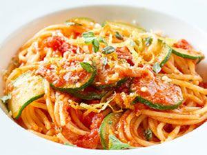 Das einfache Dessert aus Sahne, Zucker, Gelatine und Vanille ist ein italienischer Klassiker. So bereitest du Panna cotta mit fruchtiger Erdbeersoße zu.