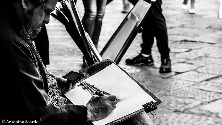 #Firenze camminando tra la gente sentivo il suono deciso di una penna che mossa con decisione da un uomo dai lineamenti vissuti raccontava la sua idea di una città magica. Così passeggiando tra la gente su un ponte #pontevecchio.  La magia delle persone...  #portrait #photography #draw #blackandwhite http://ift.tt/2bhah5M http://ift.tt/2aUr3JO http://ift.tt/2aSDkLq #nature #photography #wildlifephotography