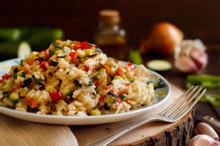 Quoi de mieux qu'un risotto onctueux aux légumes et au curcuma ? On prend une aubergine, quelques courgettes, du poivron, un bouillon de légumes, un peu de curcuma et d'huile d'olive, et le tour est joué !