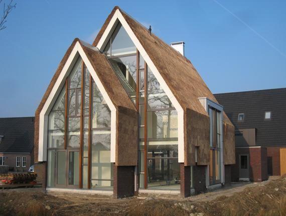 """C: Wat mooi! Dat in de gevel doorlopende dak vind ik super leuk (vond ik bij ander huis dat dat had in Zeeland ook), de vormen (het """"oer"""" huis), het glas, recht raam dat net boven de knik tussen muur en dak eindigt: ik vind het echt super leuk allemaal! Het is fris, gezellig en modern. P:"""