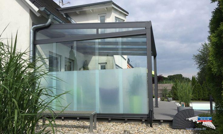 Ein Alu-Terrassendach der Marke REXOpremium 4m x 3,5m anthrazit mit Stegplatten REXOclear transparent.   Die Breite des Dachs haben wir nach Kundenvorgaben angepasst. Es wurde einseitig ein Seitenkeil sowie ein REXOslide Schiebewand-Bausatz mit teilfolierten Glasschiebewänden als Sichtschutz angebracht.  Ort: Pfaffenhofen.  #Terrassendach #Aluterrassendach #REXOpremium #Stegplatten #Rexin #Seitenkeil #Glasschiebewand