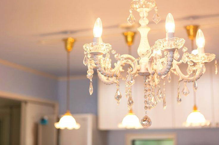 お部屋を華やかなムードにしてくれるシャンデリア。 デザイン性の高いシャンデリアは点灯しているときはもちろん、電灯を消しているお昼でもお部屋の中でもひときわ際立つジュエリーのような存在です。  #シャンデリアのある家 #LDK #かわいい #ゴージャス #キラキラ感 #照明 #ライト #ランプ #電気 #施工事例 #引掛けシーリング #灯り #柔らかな灯り #ジュエリー #宝石 #ガラス #アイアン #ラビングホーム #不動産 #建築 #山口企画設計