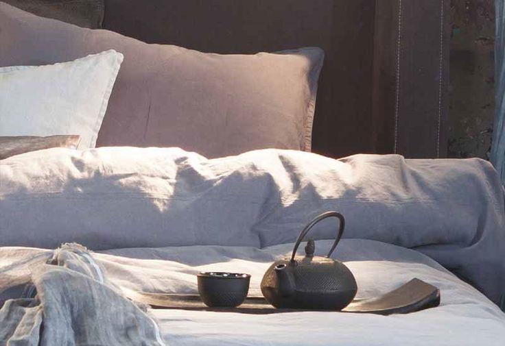 Slaapkamer styling by Morph Design. In combinatie met de Morph Brass, een bed dat je omarmt. Een bed dat niet alleen lekker ligt, maar ook alle steun biedt om lekker te zitten door het hoge hoofdbord. Met een keur aan kussens heerlijk om je in terug te trekken met een goed boek of om gewoon wat te luieren. De Morph Brass kan naast de Rough-uitvoering ook in andere thema's geleverd worden. Een mooi Nederlands product dat door traditionele vakmensen wordt gemaakt.