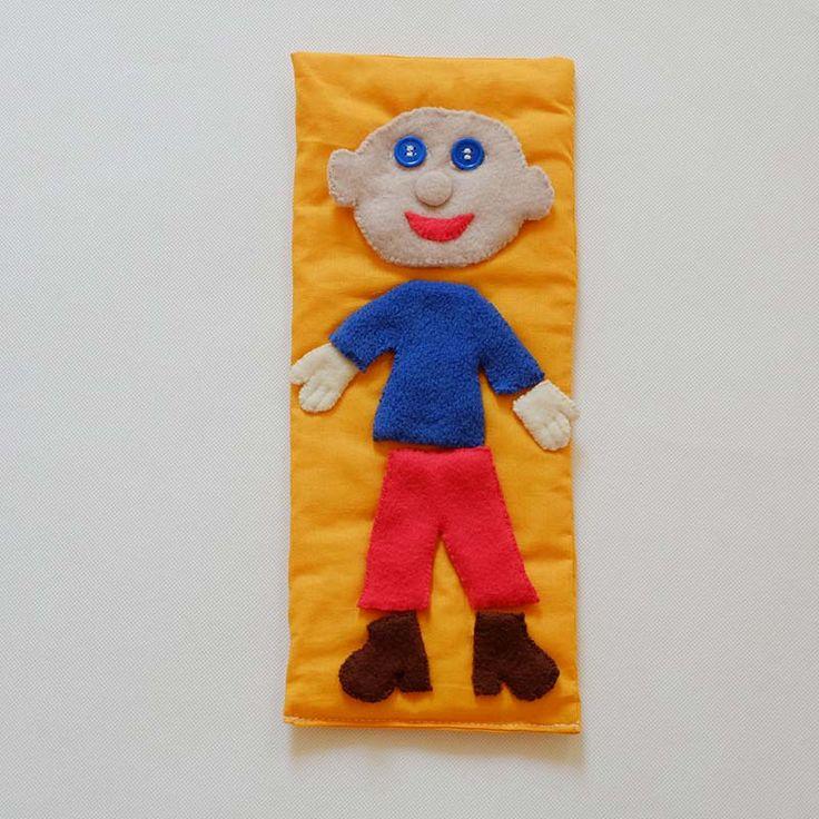 Oblékací kluk - didaktická hračka Tato hračka je určena pro starší děti, které už dokáží komunikovat. Hraním s rodiči či sourozenci si rozšiřují slovní zásobu a rozvíjí své motorické schopnosti. Děti se naučí rozeznávat barvy a pojmenovávat části těla (ruce, nohy, hlava, tělo) a části hlavičky - oči, nos, pusa a uši. Kluk nemá záměrně vlásky, aby dítě ...