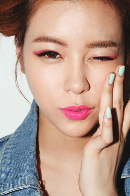 .: Eye Makeup, Cat Eye, Mint Nails, Makeup Ideas, Hot Pink, Eyemakeup, Pink Lipsticks, Pink Eyeliner, Blue Nails
