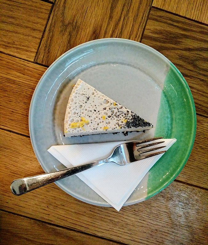 Ada Wanders/Włóczykijada.  Gluten-free, vegan and raw poppy seed and lemon tart in Naspolya Nassolda in Budapest.  -- Naspolya Nassolda w Budapeszcie. Bezglutenowa, wegańska, witariańska tarta cytrynowa.