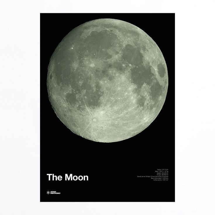 The Moon / Der MondDieser Druck zeigt einen detaillierten Anblick des Mondes, wie man Ihn von der Erde aus sehen kann. Das Poster ist mit einer phosporisierenden Druckfarbe gedruckt, sodass der Mond im Dunkeln leuchtet! Zusätzlich gibt es Auskunft über Informationen wie den Radius, das Gewicht, die Umlaufgeschwindigkeit und die Anziehungskraft des Mondes.Größe: 700mm x 500mmPapier: 200 gsm coatedDruck: 2-farbiger SiebdruckHergestellt in England.