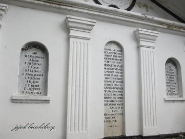 """Ga binnen in de deur """"shop"""" gezien een aantal graven Nederland, een van die eigendom is Johannes van der Steur (10 juli 1985-16 september 1945). Wie Johannes Van Der Steur? Hij heeft de Nederlandse nationaliteit missionaris die tijdens het bewind van de Ned.-Indië diverse maatschappelijke instellingen en weeshuizen in Magelang opgericht."""