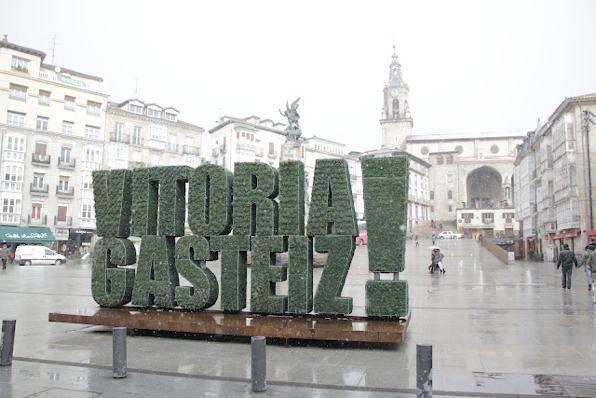 Alicante Forestal, en unión con Urbanarbolismo y Alijardín, ha realizado la instalación la escultura vegetal símbolo de Vitoria como Green capital europea.