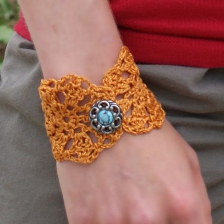 Bracelet au crochet - patron gratuit: Crochet Bracelets Patterns, Crochet Flowers, Crochet Cuffs Bracelets, Flower Bracelets, Crochet Patterns Free Jewelry, Free Crochet, Crochet Bracelets Free, Bracelet Patterns, Crochet Jewelry Patterns