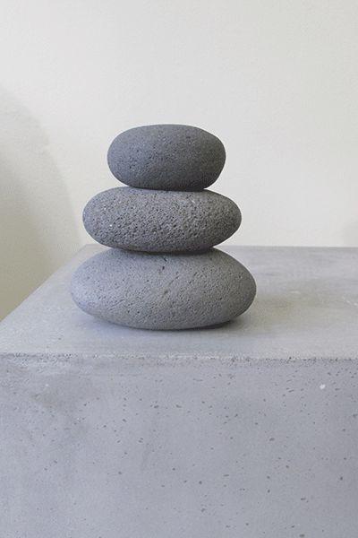 Urn van gestapelde Kiezels, model Piramide. Uit de eigen Exclusieve Collectie van Silent-Stones.